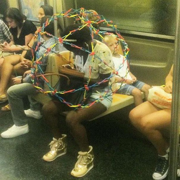 Những hình ảnh hài hước chỉ có trên tàu điện ngầm: Từ chị gái thái rau tới Pikachu thò tay ôm cột - Ảnh 25.