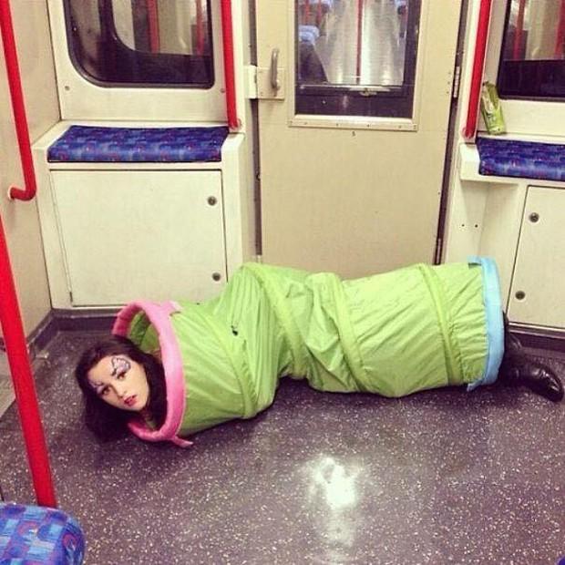 Những hình ảnh hài hước chỉ có trên tàu điện ngầm: Từ chị gái thái rau tới Pikachu thò tay ôm cột - Ảnh 32.