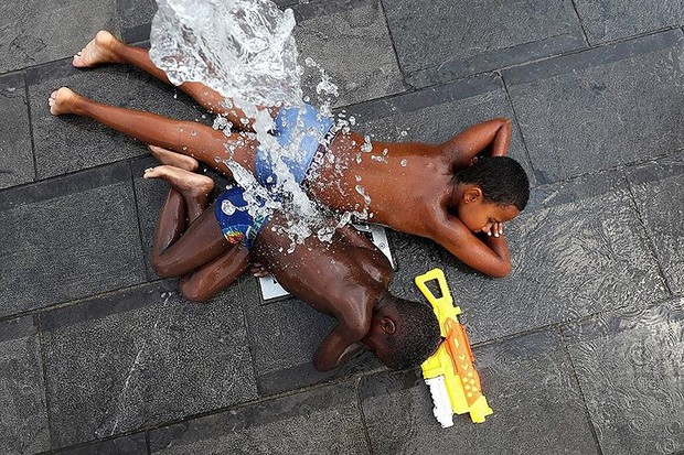 Ảnh: Con người và động vật chiến đấu với nắng nóng kỷ lục ở châu Âu - Ảnh 2.