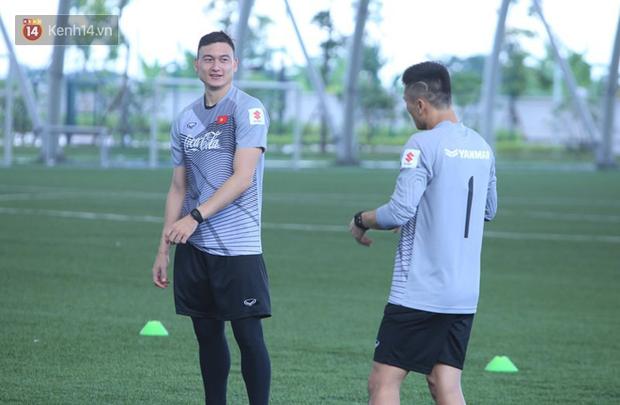 Bùi Tiến Dũng khó cạnh tranh với Đặng Văn Lâm tại U23 Việt Nam - Ảnh 2.
