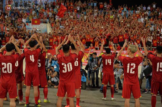Hình ảnh đẹp, đầy xúc động của U23 Việt Nam sau khi lên ngôi giải Tứ hùng - Ảnh 1.