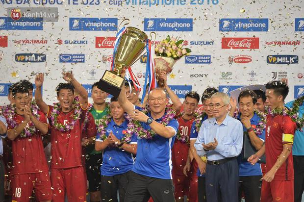 Hình ảnh đẹp, đầy xúc động của U23 Việt Nam sau khi lên ngôi giải Tứ hùng - Ảnh 5.