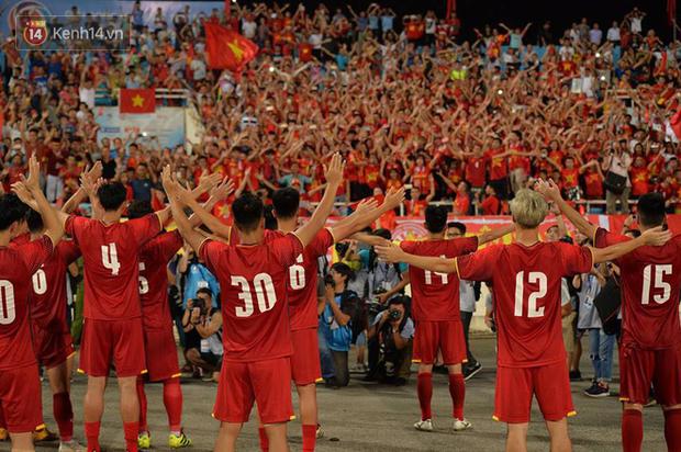 Hình ảnh đẹp, đầy xúc động của U23 Việt Nam sau khi lên ngôi giải Tứ hùng - Ảnh 2.