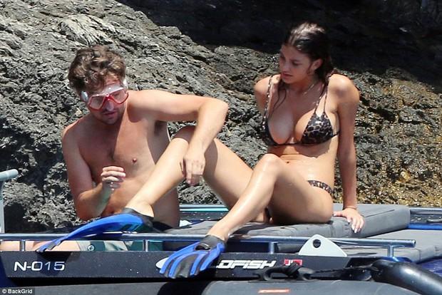 Leonardo DiCaprio lộ bụng phệ khi đi lặn biển với bạn gái bốc lửa nhỏ hơn 22 tuổi - Ảnh 1.