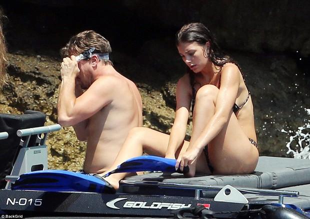 Leonardo DiCaprio lộ bụng phệ khi đi lặn biển với bạn gái bốc lửa nhỏ hơn 22 tuổi - Ảnh 2.