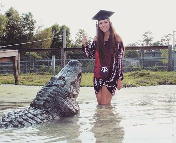 Nữ sinh Mỹ chụp ảnh tốt nghiệp cùng bạn thân là con cá sấu dài 4 mét - Ảnh 1.