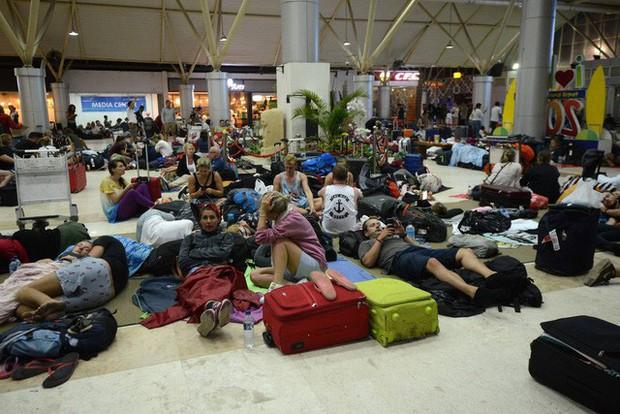 Hàng ngàn du khách ăn chực nằm chờ ở sân bay Lombok sau động đất - Ảnh 1.