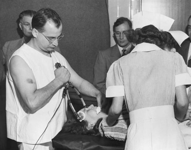 Những tấm hình ám ảnh trong bệnh viện tâm thần 50 năm trước - Ảnh 15.