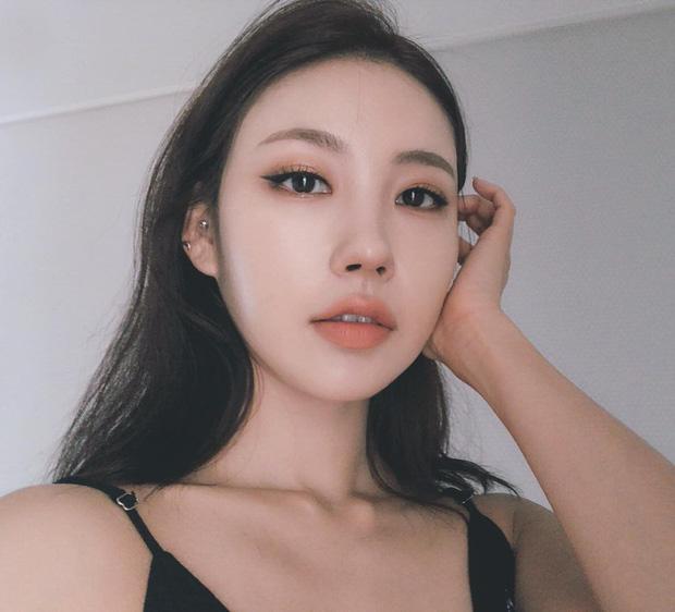 Netizen Hàn á khẩu với màn biến hình thành Hwasa (Mamamoo) của beauty blogger đình đám Risabae  - Ảnh 1.