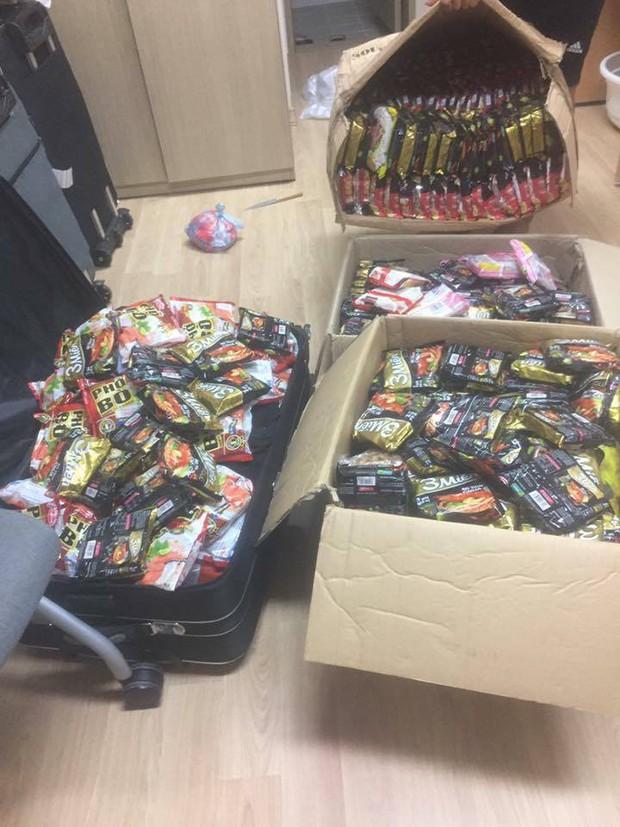 Hết băng vệ sinh, du học sinh Việt lại đua nhau khoe vali chứa đầy mì tôm vì sợ ở bển không bán! - Ảnh 4.