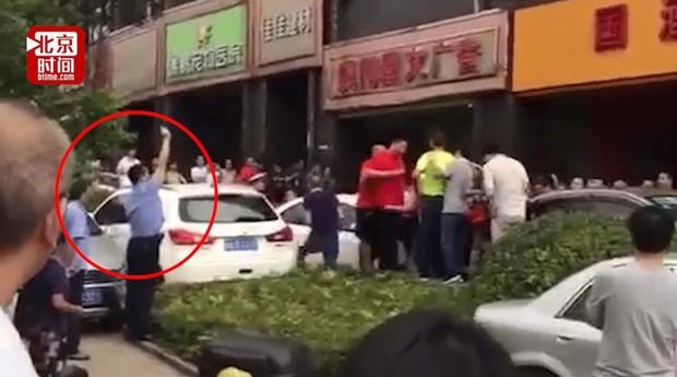 Đám đông tranh cướp mua rượu giảm giá, cảnh sát buộc phải bắn chỉ thiên để dẹp loạn - Ảnh 4.