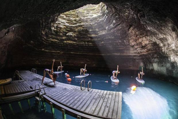 Lớp học Yoga giữa lòng núi lửa.