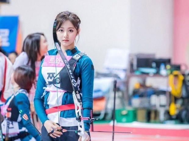 Irene (Red Velvet) & Tzuyu (TWICE) cùng thi bắn cung: Ai tỏa sáng hơn? - Ảnh 3.