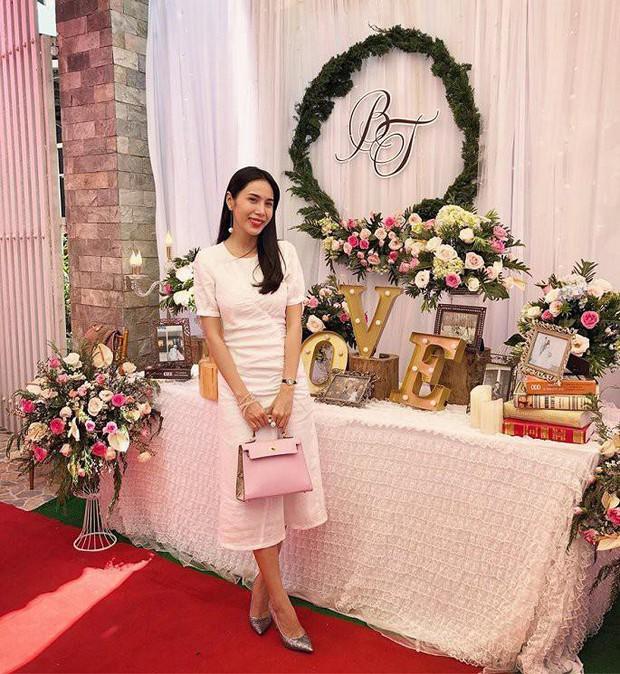 Cùng một mẫu đầm thanh lịch: Thủy Tiên diện để ăn cưới fan ruột trong khi Hà Tăng mặc đi vi vu du lịch - Ảnh 1.