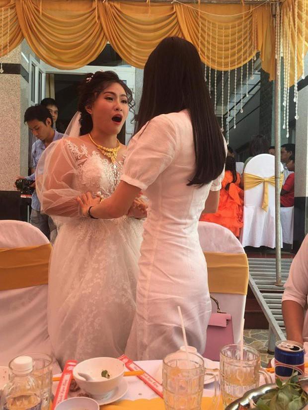 Cùng một mẫu đầm thanh lịch: Thủy Tiên diện để ăn cưới fan ruột trong khi Hà Tăng mặc đi vi vu du lịch - Ảnh 2.