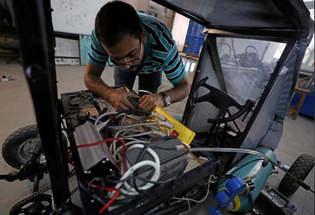 Chán dùng xăng, nhóm sinh viên Ai Cập tự thiết kế xe chạy bằng không khí cho nó tiết kiệm - Ảnh 3.
