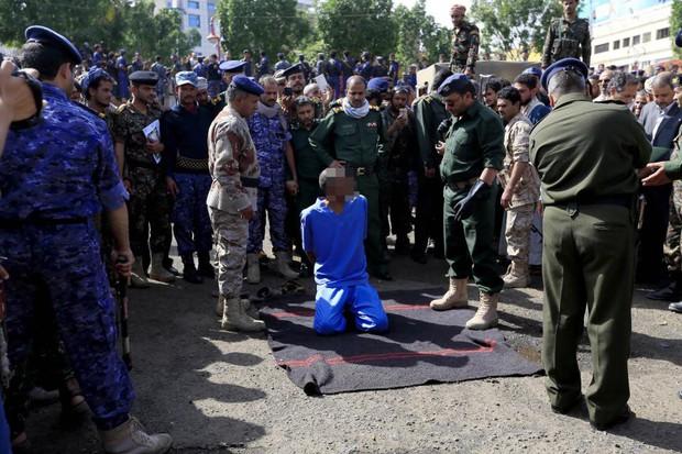 Yemen: Ba kẻ cưỡng hiếp và sát hại bé trai 10 tuổi bị xử tử nơi công cộng - Ảnh 1.