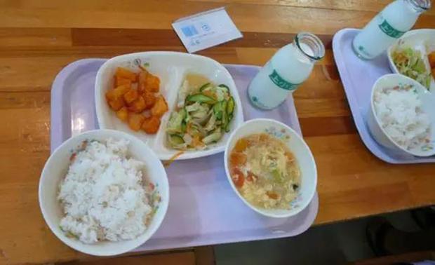 Chỉ một bữa trưa của học sinh tiểu học đã cho thấy người Nhật bỏ xa thế giới ở lĩnh vực trồng người như thế nào - Ảnh 1.