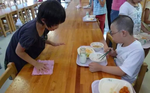 Chỉ một bữa trưa của học sinh tiểu học đã cho thấy người Nhật bỏ xa thế giới ở lĩnh vực trồng người như thế nào - Ảnh 15.