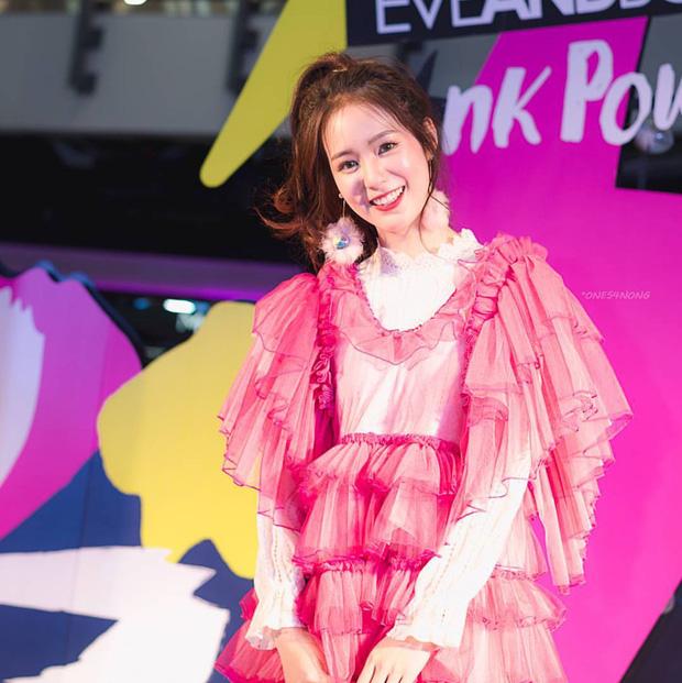 Hot girl diện đồ basic đẹp nhất Thái Lan Pimtha bỗng dưng khiến người ta hết hồn trong bộ váy màu hường lồng lộn - Ảnh 7.