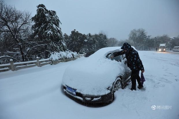 Cảnh tượng lạnh đầy khắc nghiệt tại Trung Quốc: Chị em phụ nữ quấn chăn, bịt kín lái xe máy đi làm - Ảnh 19.