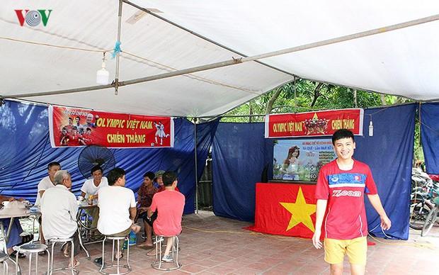 Cả làng kéo đến bắc rạp, mở tiệc tại nhà cầu thủ Quang Hải - Ảnh 1.