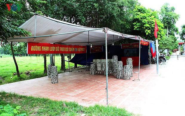 Cả làng kéo đến bắc rạp, mở tiệc tại nhà cầu thủ Quang Hải - Ảnh 2.