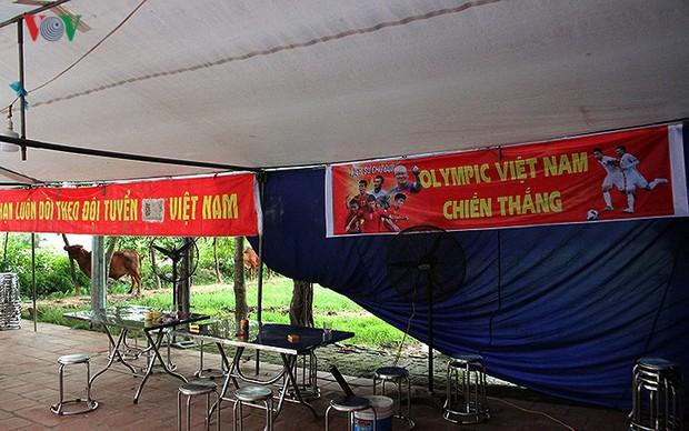 Cả làng kéo đến bắc rạp, mở tiệc tại nhà cầu thủ Quang Hải - Ảnh 3.