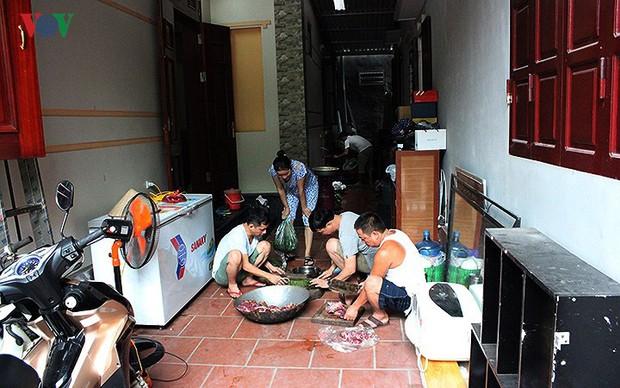 Cả làng kéo đến bắc rạp, mở tiệc tại nhà cầu thủ Quang Hải - Ảnh 4.