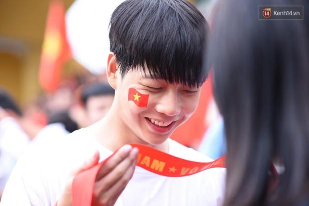 Hot boy trường Y gây chú ý khi xuất hiện trên khán đài cổ vũ Olympic Việt Nam cùng một cô gái lạ - Ảnh 3.