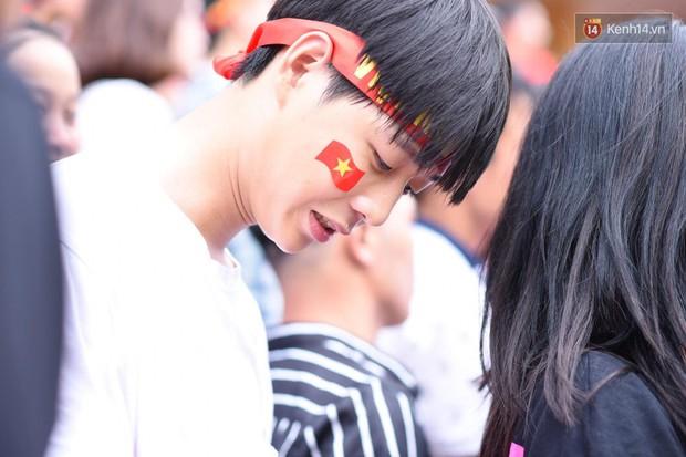 Hot boy trường Y gây chú ý khi xuất hiện trên khán đài cổ vũ Olympic Việt Nam cùng một cô gái lạ - Ảnh 2.
