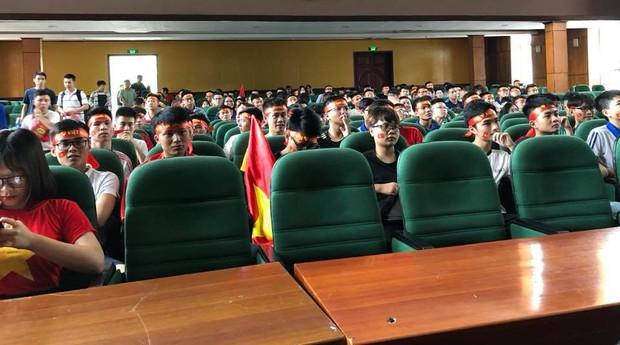 Sự buồn bã thể hiện rõ trên gương mặt các cổ động viên, Olympic Việt Nam đã không gặp may mắn - Ảnh 17.