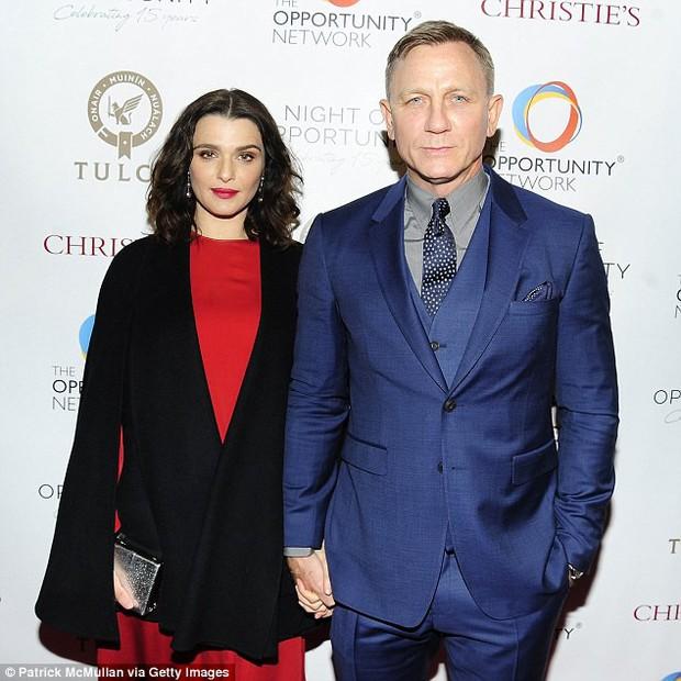Người đẹp Xác ướp Ai Cập sinh con cho Điệp viên 007 ở tuổi U50, hàng ngàn fan rầm rộ chúc mừng - Ảnh 1.