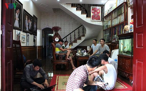 Cả làng kéo đến bắc rạp, mở tiệc tại nhà cầu thủ Quang Hải - Ảnh 5.