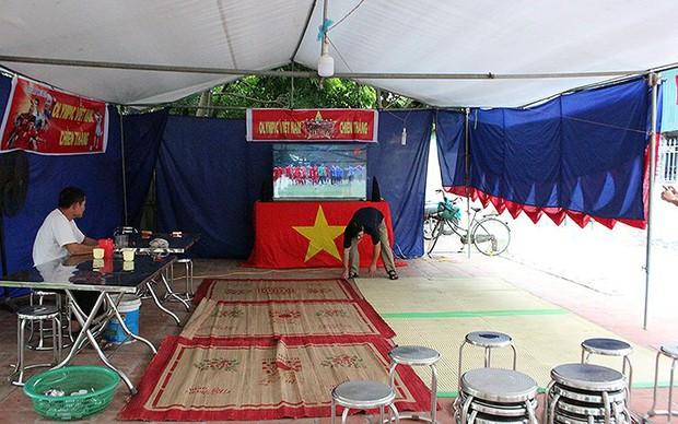Cả làng kéo đến bắc rạp, mở tiệc tại nhà cầu thủ Quang Hải - Ảnh 7.