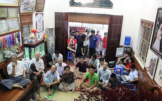 Cả làng kéo đến bắc rạp, mở tiệc tại nhà cầu thủ Quang Hải - Ảnh 8.