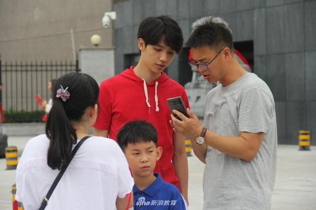 Chùm ảnh cha mẹ đội mưa, tay xách nách mang đưa con lên thành phố nhập học: Tấm lòng đấng sinh thành mấy ai hiểu - Ảnh 6.