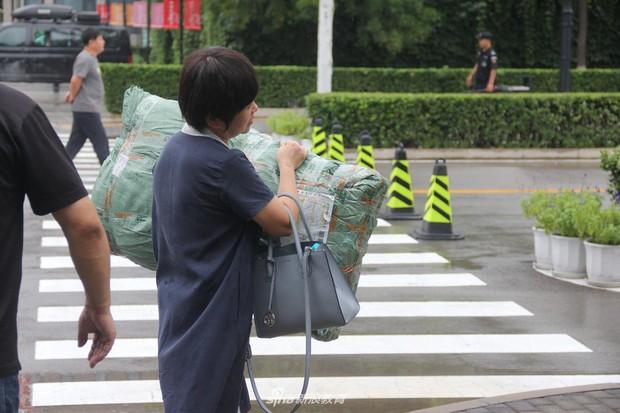 Chùm ảnh cha mẹ đội mưa, tay xách nách mang đưa con lên thành phố nhập học: Tấm lòng đấng sinh thành mấy ai hiểu - Ảnh 7.