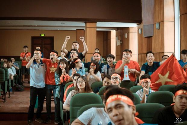 Chùm ảnh: Những giọt nước mắt nghẹn ngào của sinh viên khi Olympic Việt Nam để tuột HCĐ vào tay Olympic UAE - Ảnh 6.