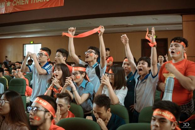 Chùm ảnh: Những giọt nước mắt nghẹn ngào của sinh viên khi Olympic Việt Nam để tuột HCĐ vào tay Olympic UAE - Ảnh 8.