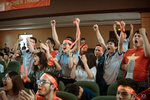 Chùm ảnh: Những giọt nước mắt nghẹn ngào của sinh viên khi Olympic Việt Nam để tuột HCĐ vào tay Olympic UAE - Ảnh 9.