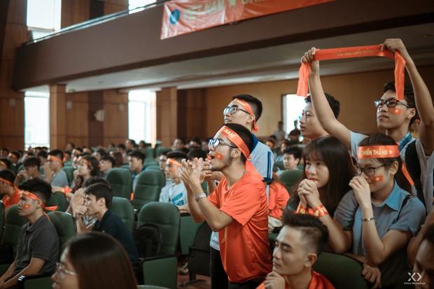 Chùm ảnh: Những giọt nước mắt nghẹn ngào của sinh viên khi Olympic Việt Nam để tuột HCĐ vào tay Olympic UAE - Ảnh 10.