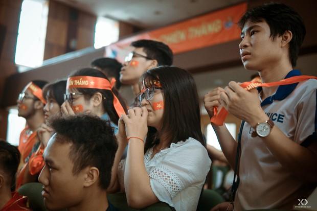 Chùm ảnh: Những giọt nước mắt nghẹn ngào của sinh viên khi Olympic Việt Nam để tuột HCĐ vào tay Olympic UAE - Ảnh 1.