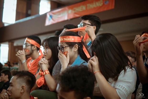 Chùm ảnh: Những giọt nước mắt nghẹn ngào của sinh viên khi Olympic Việt Nam để tuột HCĐ vào tay Olympic UAE - Ảnh 2.