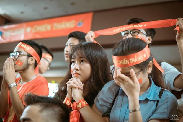 Chùm ảnh: Những giọt nước mắt nghẹn ngào của sinh viên khi Olympic Việt Nam để tuột HCĐ vào tay Olympic UAE - Ảnh 3.