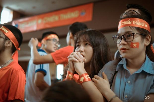 Chùm ảnh: Những giọt nước mắt nghẹn ngào của sinh viên khi Olympic Việt Nam để tuột HCĐ vào tay Olympic UAE - Ảnh 4.