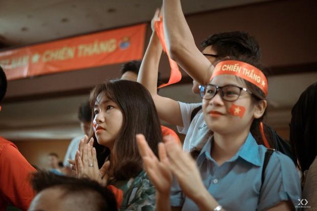 Chùm ảnh: Những giọt nước mắt nghẹn ngào của sinh viên khi Olympic Việt Nam để tuột HCĐ vào tay Olympic UAE - Ảnh 5.