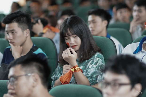 Sự buồn bã thể hiện rõ trên gương mặt các cổ động viên, Olympic Việt Nam đã không gặp may mắn - Ảnh 7.