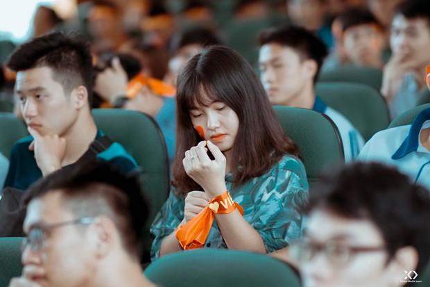 Chùm ảnh: Những giọt nước mắt nghẹn ngào của sinh viên khi Olympic Việt Nam để tuột HCĐ vào tay Olympic UAE - Ảnh 12.