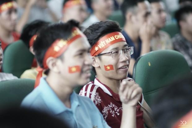 Sự buồn bã thể hiện rõ trên gương mặt các cổ động viên, Olympic Việt Nam đã không gặp may mắn - Ảnh 5.
